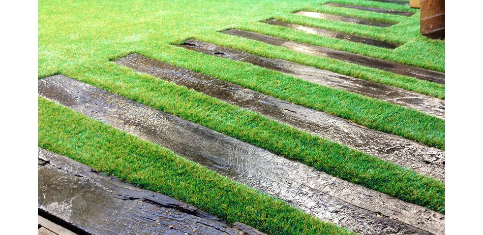 Комбинированное решение: натуральное дерево и синтетическая трава