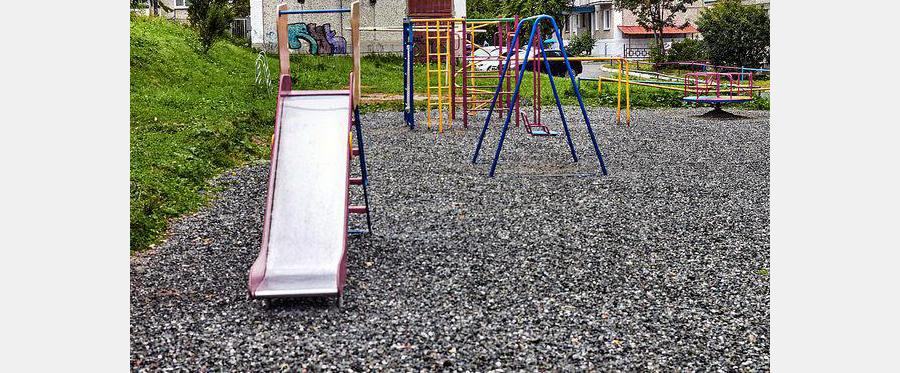 детская площадка с гравийной подсыпкой